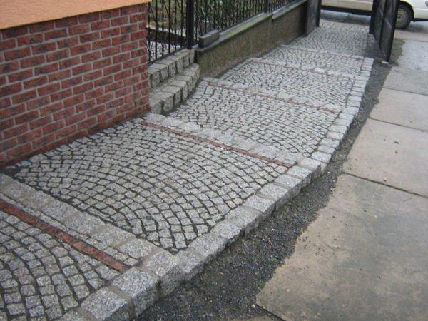 Гранит на бетонной основе.