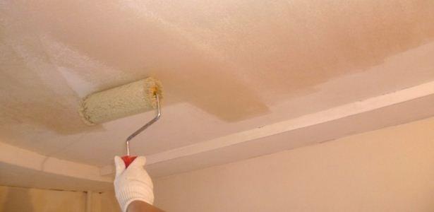 Грунтование потолка под покраску.