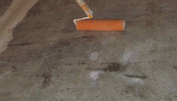 Грунтовка бетонного пола проникающим грунтом.