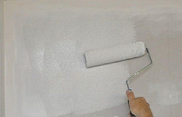 Грунтовка может не только укреплять стены, но и выравнивать цвет поверхности