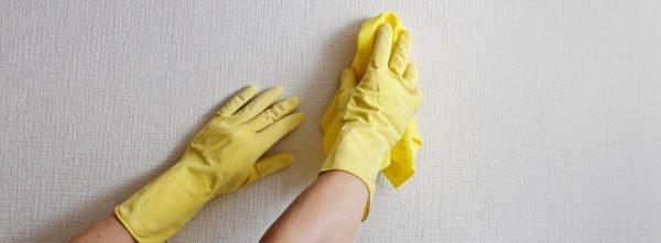 Губку или тряпку в процессе чистки нельзя сильно прижимать к обоям