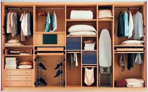 Хорошим решением для спальни будет встроенная гладильная доска или как минимум секция для хранения этого аксессуара.