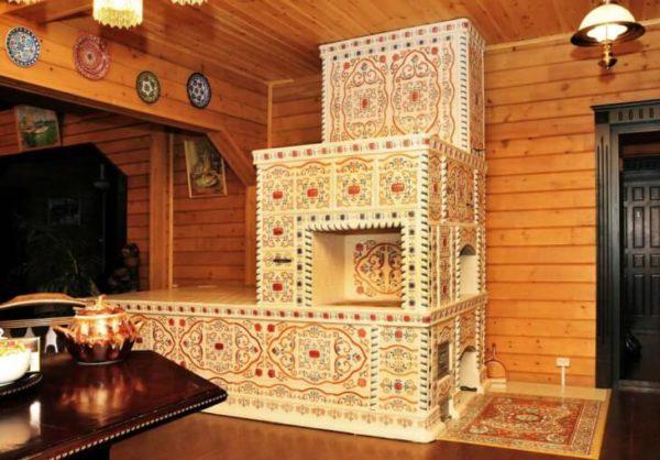 Художественная отделка печи в деревянной избе.