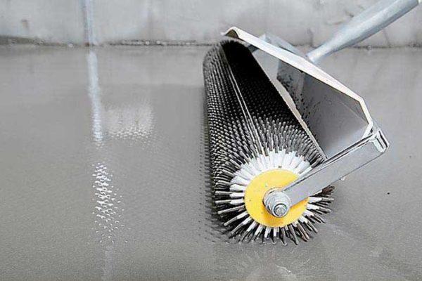 Игольчатый валик удобен тем, что не гонит перед собой волну полимерцементного раствора.
