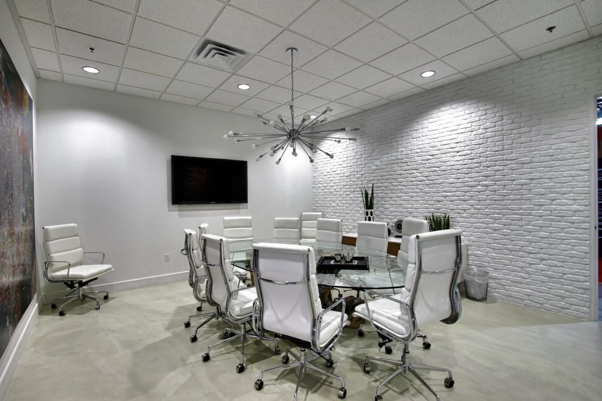 Конференц-зал в белоснежном обличии