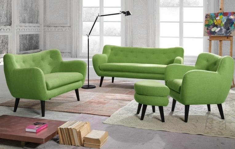 Яркий цвет мебели оживляет этот интерьер и делает его уютным