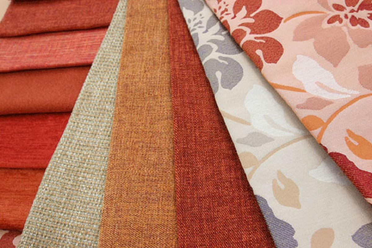Для обивки нужно выбирать плотные ткани