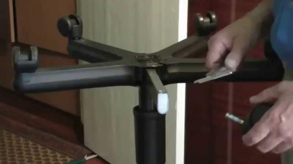 При работах по замене колеса проще и удобнее всего перевернуть кресло вверх ногами