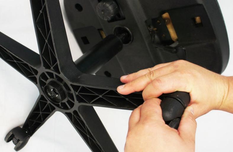 Вставлять колесико нужно до характерного щелчка, шток при этом должен полностью войти в посадочное отверстие