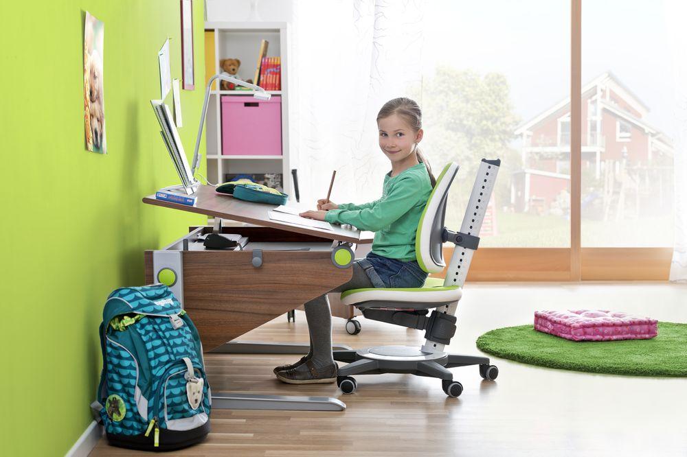 Пример идеального сочетания функционального кресла и парты с изменяемым наклоном