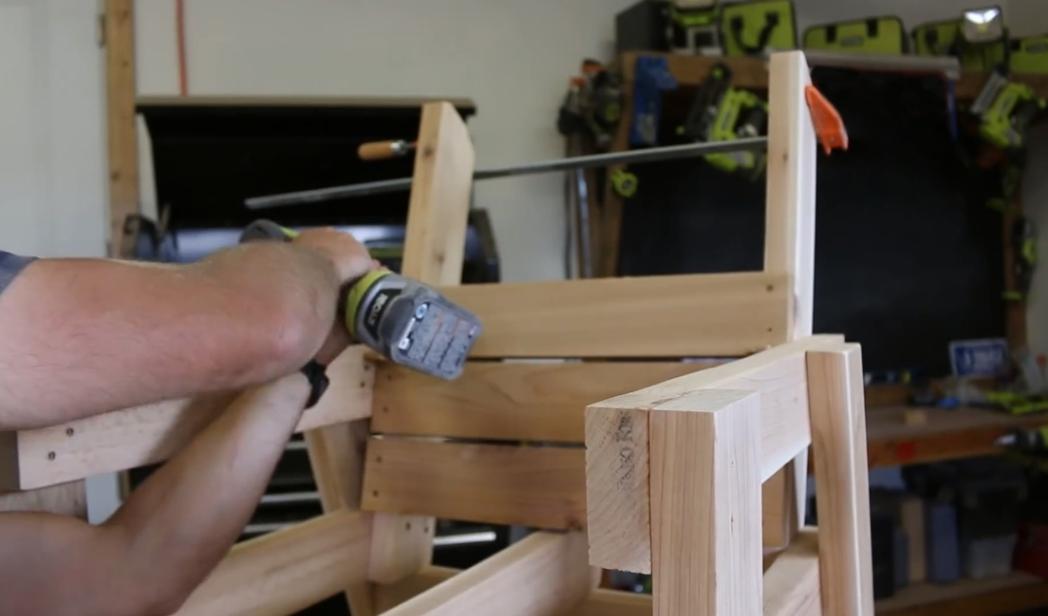 Используя обычные доски и саморезы, можно собрать кресло, которое будет не менее комфортным, чем мебель из магазина