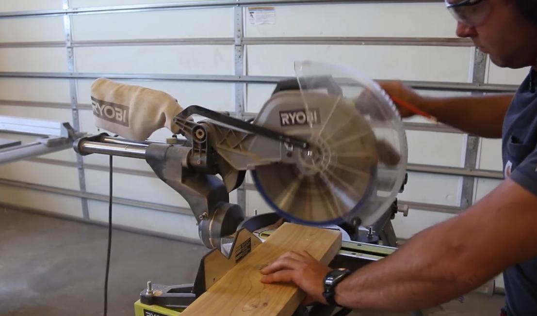 Применение торцовочной пилы облегчает обрезку края доски как под прямым, так и под скошенным углом