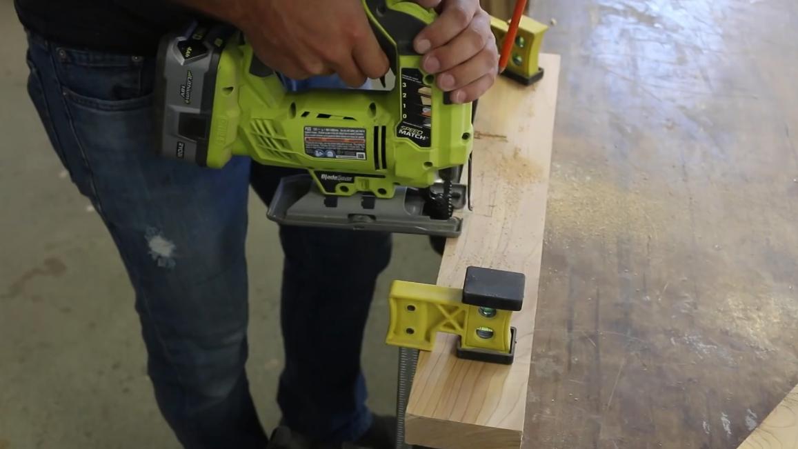 Чтобы нарезать в доске прямоугольные выемки правильно использовать электролобзик или лучковую пилу