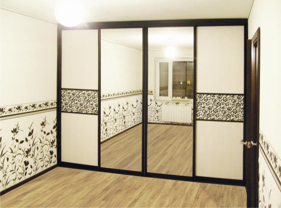 Комбинированный зеркальный фасад в обрамлении фальшпанелей