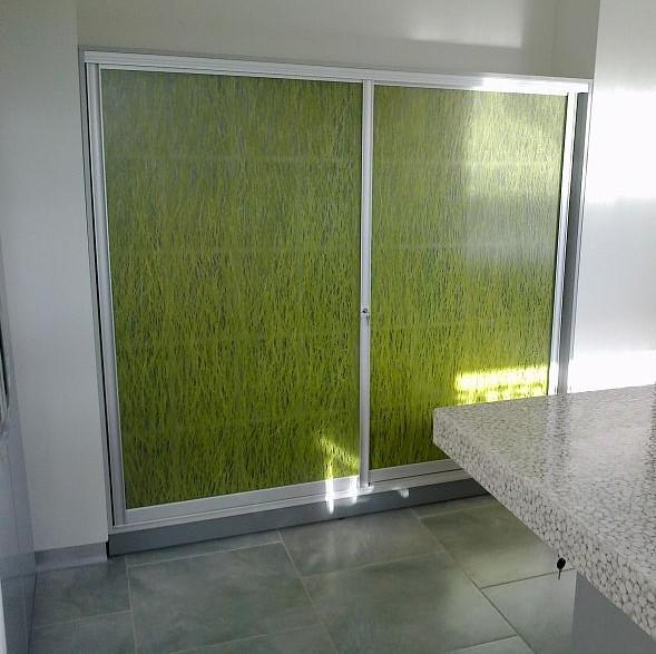 Шкаф купе с акриловыми панелями с наполнителем на кухне – это отличный выбор, так как такие фасады просты в обслуживании