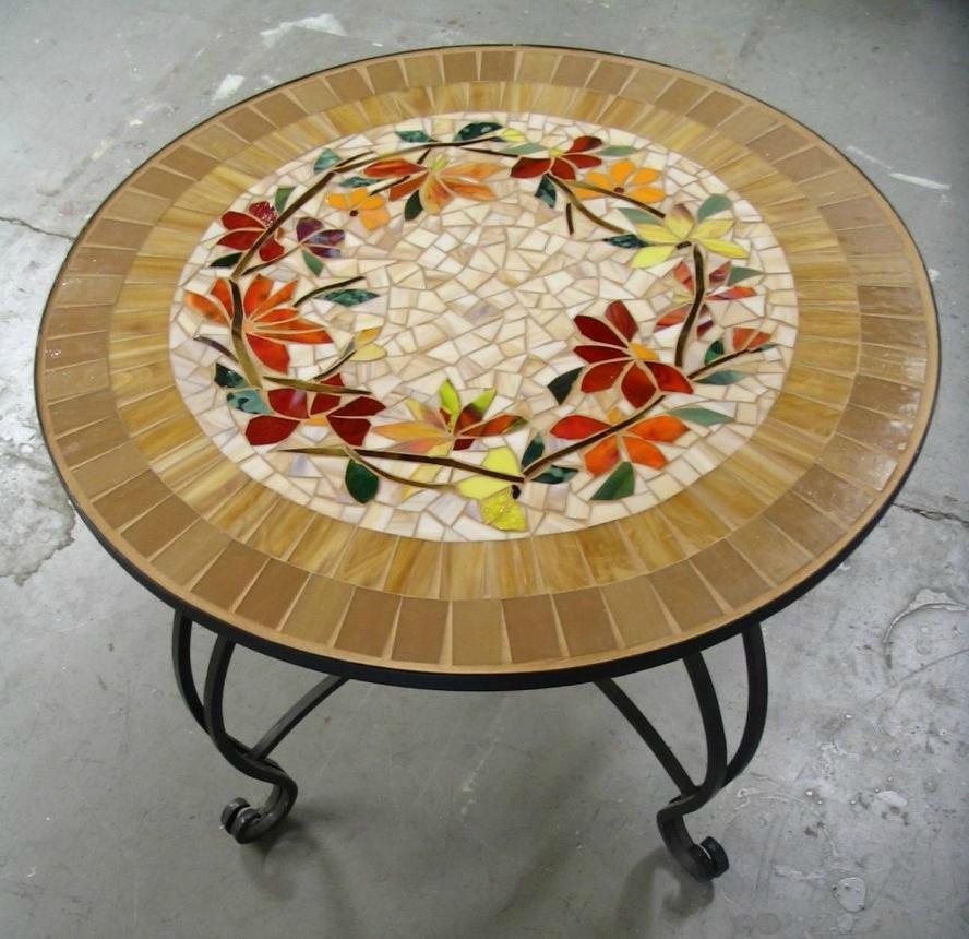 Мозаичное панно на столешнице можно выложить даже из боя кафельной плитки.