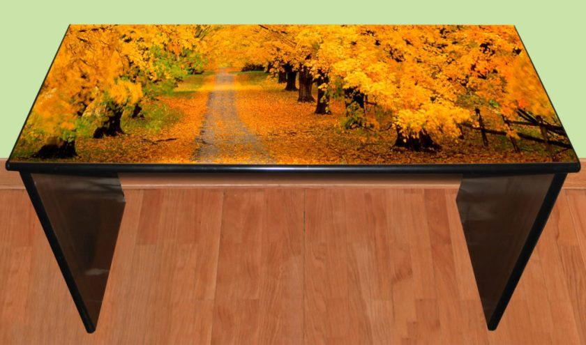 Самоклеящаяся пленка позволяет радикально изменить внешний вид стола.
