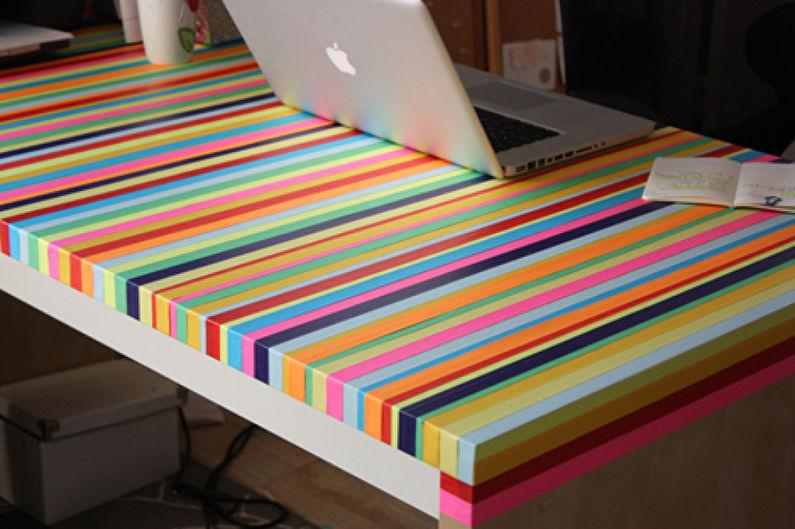 Цветной скотч на столешнице смотрится оригинально, но этот декор не практичен.