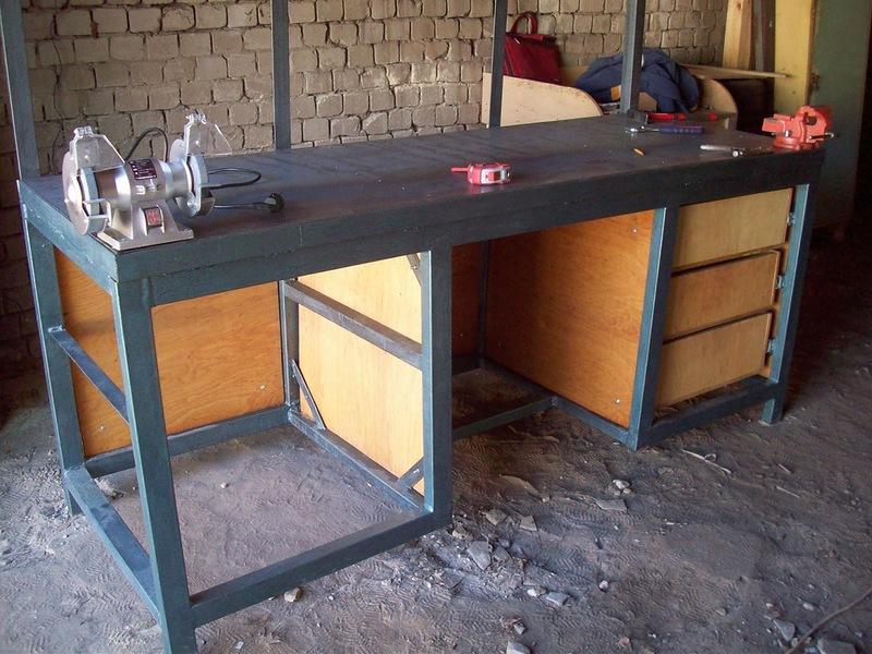 Стационарный рабочий стол с тисками и станком для заточки инструмента