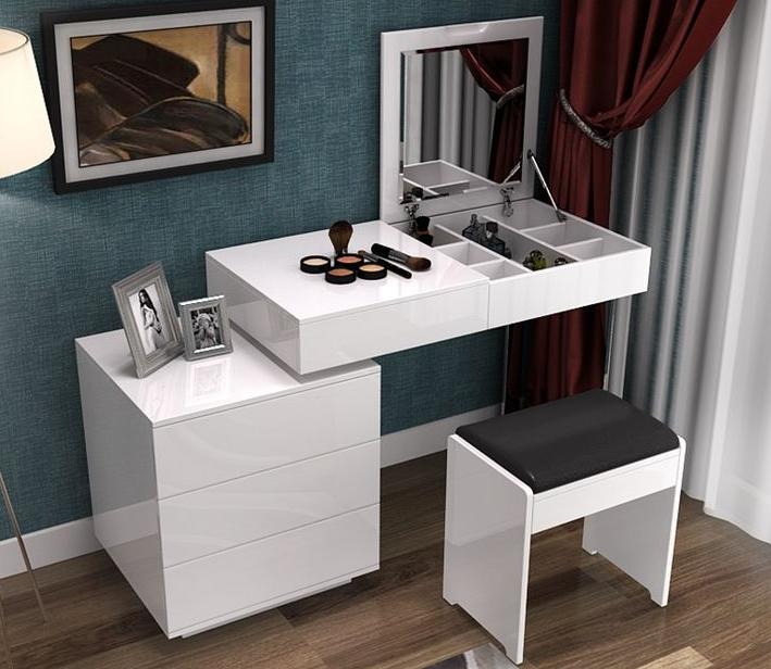Интересная модель в современном стиле с глянцевой поверхностью, асимметричной конструкцией и удобным откидным зеркалом