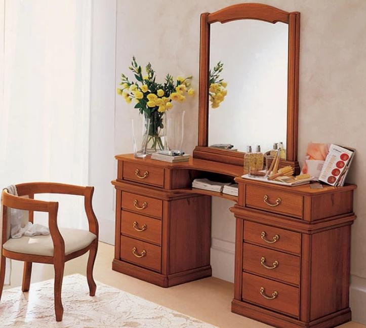 Деревянные трюмо — классическое решение, отличающееся удобством, ведь в нем много выдвижных ящиков и большое зеркало
