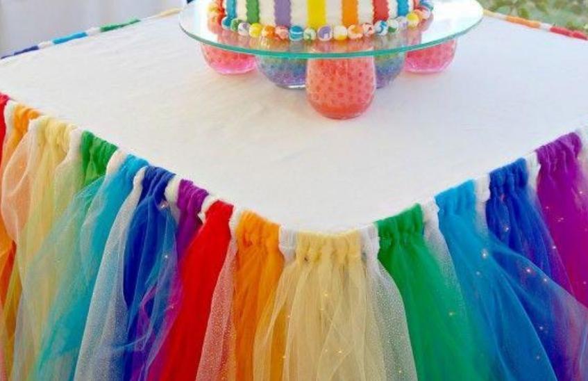 Можно сделать разноцветную юбку, такие решения идеально подходят для детских праздников