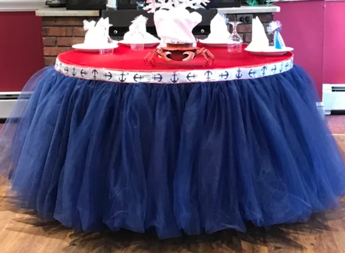 Сделать юбочку Туту на круглый стол ничуть не сложнее, чем на квадратный или прямоугольный