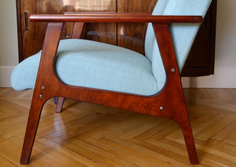 Если освежить деревянные элементы ретро кресла, то оно выглядит намного красивее