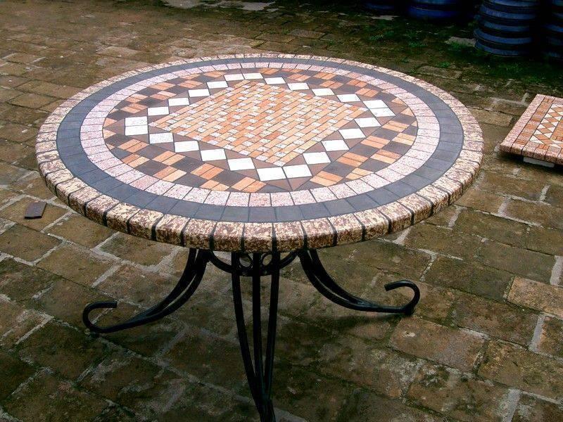 Для садовой мебели с круглогодичной эксплуатацией лучше всего подходят столы на металлическом каркасе с керамогранитной или клинкерной облицовкой.
