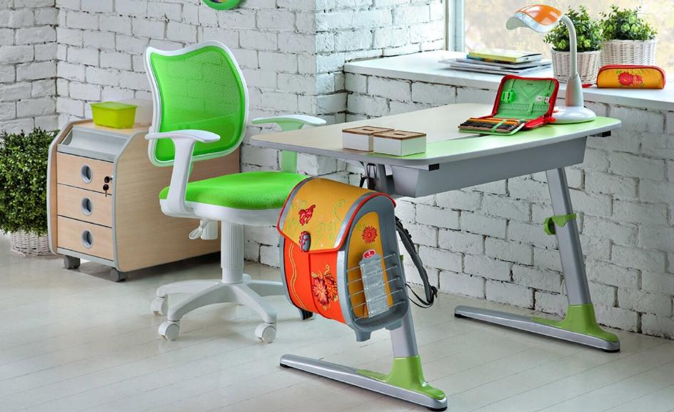 Чтобы ребенку было удобно и он сохранял правильную осанку нужно тщательно подбирать стол