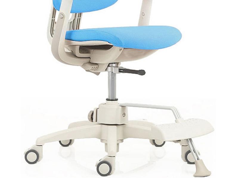Наличие опоры для ног позволяет ребенку комфортно располагаться даже за тем столом, высота которого слишком большая на данный момент