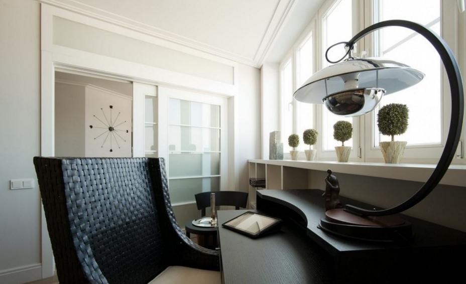 Светильник не только служит по прямому назначению, но и является полноценным элементом украшения интерьера