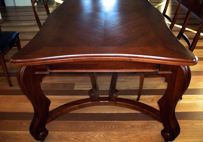 Лакированный стол выглядит роскошно