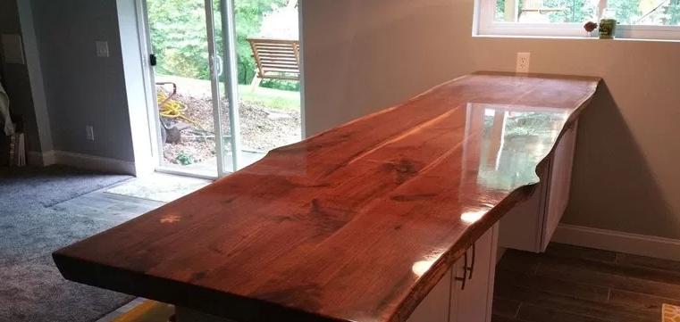 Лак выделяет фактуру древесины в самом выгодном свете и делает поверхность ярче и выразительнее