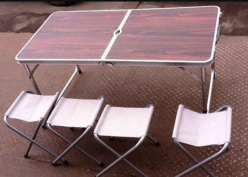 Столы чемоданы удобны в походных условиях и собираются за считанные минуты