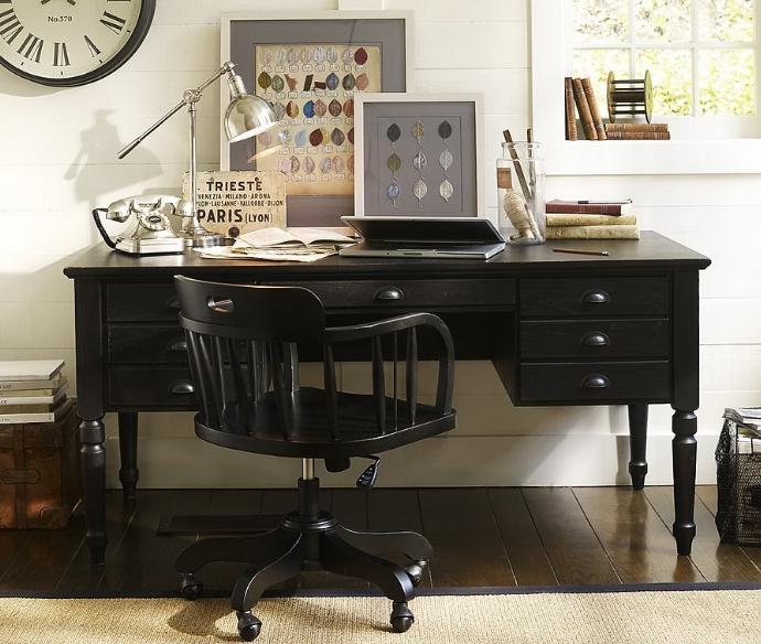 Классический вариант письменного стола никогда не выходит из моды