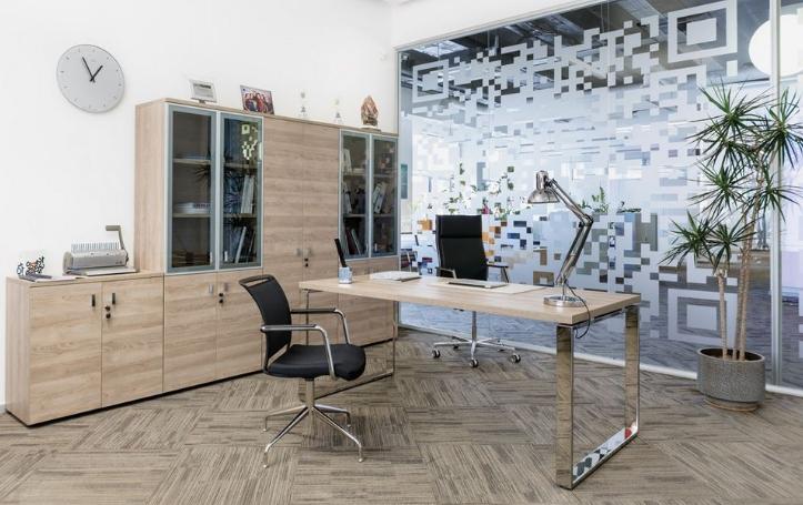 Современная минималистическая модель на металлических опорах подойдет и в кабинет, и для домашнего офиса