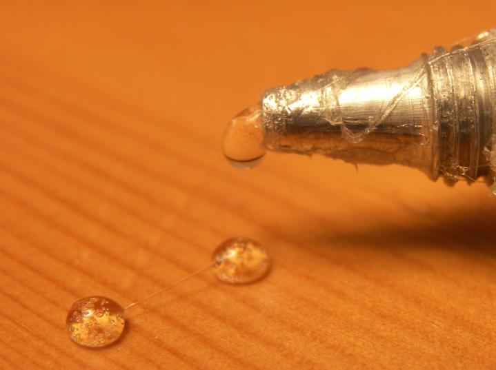 Свежий клей нельзя размазывать по поверхности. Снимайте его любым плоским приспособлением