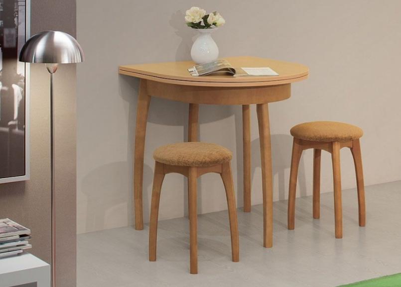 Полукруглый пристенный стол идеально подходит для маленькой кухни, так как занимает минимум пространства