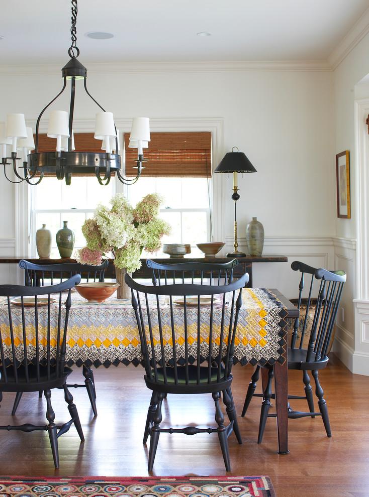 Лоскутная скатерть яркого и насыщенного цвета придаст вашей столовой ещё больше уюта и комфорта