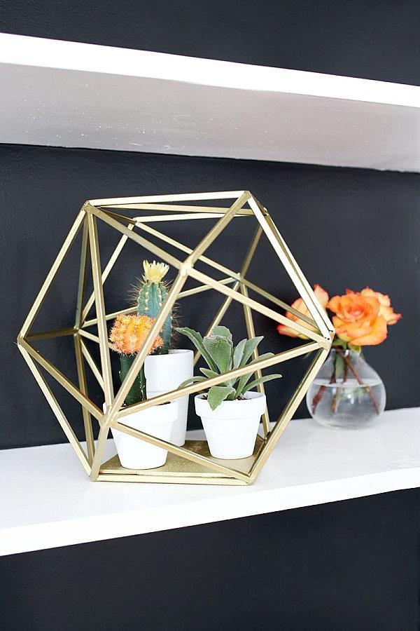 Необычная форма подставки для цветов выгодно украсит вашу квартиру