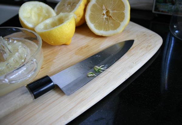 Половинки кожуры лимона после выдавливания сока можно использовать в качестве стаканчика под рассаду.