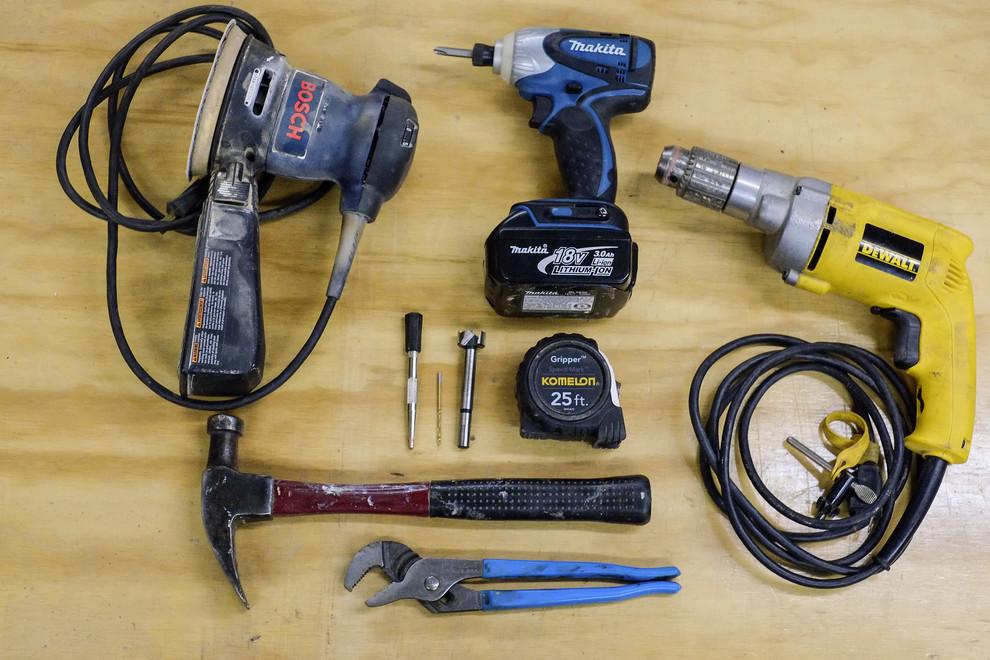 Большое количество инструментов нужно для изготовления стеллажа, но результатом вы будете довольны