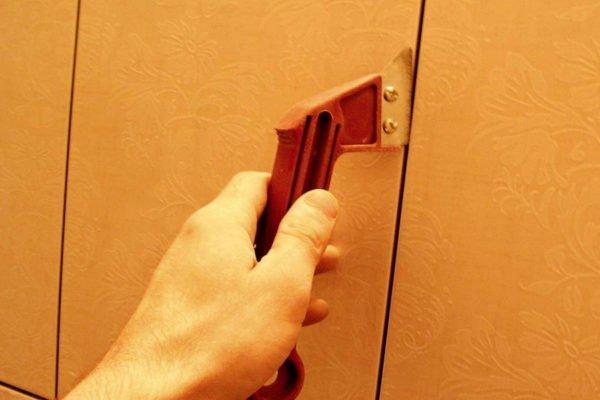 Инструмент для расшивки можно купить в строительном магазине или использовать любое удобное средство.