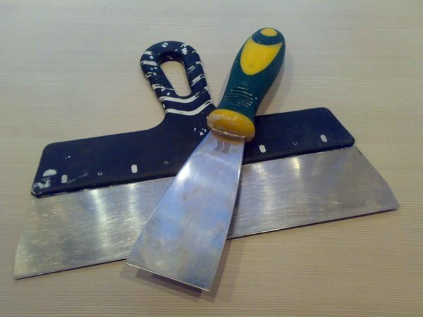 Инструменты для шпатлевания стен.