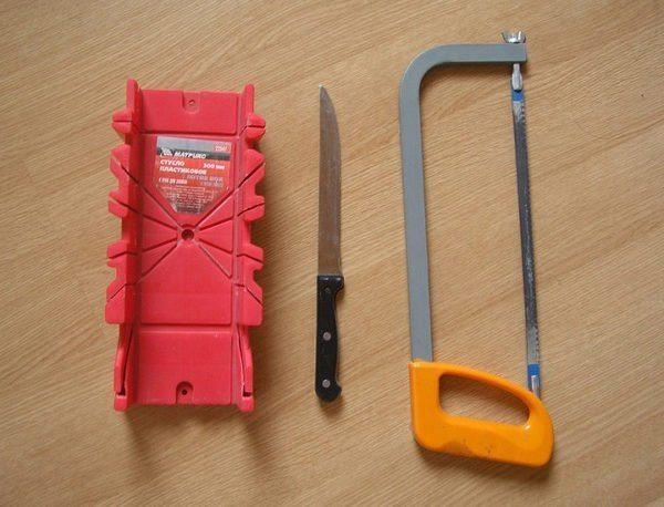Инструменты для того, чтобы обрезать плинтус правильно