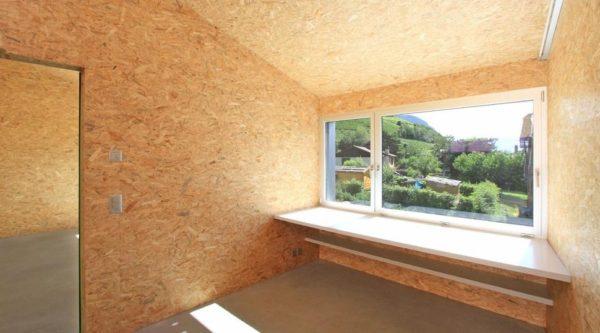 Интерьер каркасного дома со стенами, требующими дополнительной отделки