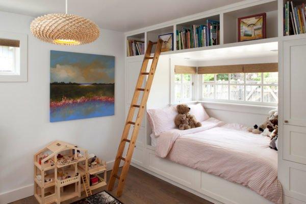 Интересные проекты кроватей у окна можно сделать в комнате мальчика или девочки