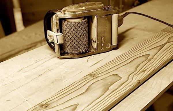 Искусственно состаренная древесина впишется в классический декор, а также интерьер в деревенском стиле