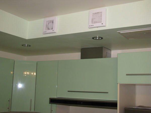 Использовать встроенный в стену или в потолок вентилятор вместо вытяжки над плитой нельзя, так как не удастся обеспечить эффективный забор воздуха от плиты